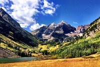 maroon Bells scenic photo of peaks with greenery and the lake.