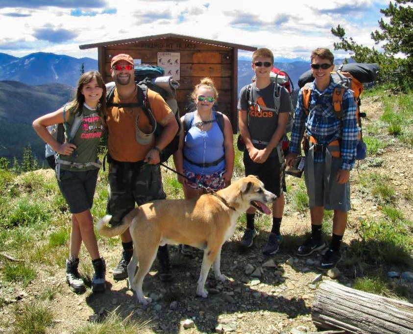 Family hiking Pyramid Mtn in Entiat