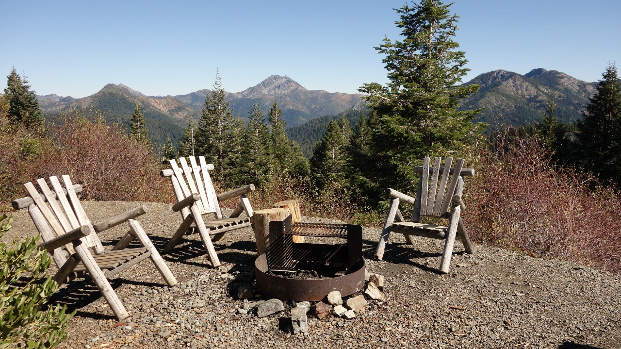 Charmant Outdoor Campfire Area: Three Chairs Placed Around Campfire Ring/grill;high  Peaks In