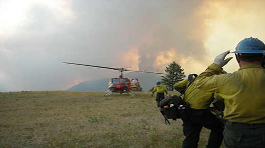 A helicopter lands to pick up Tallac Hotshots.