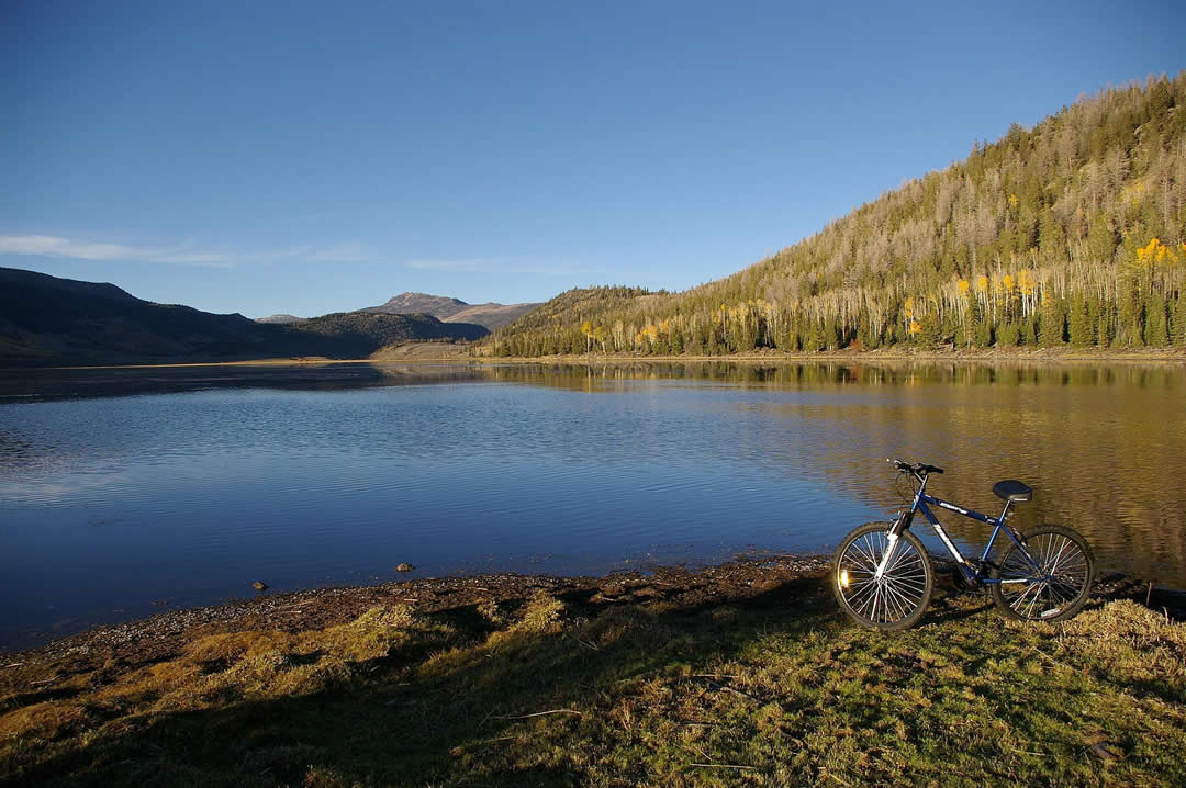 Image with a bicycle in the foreground and Fishlake in the background