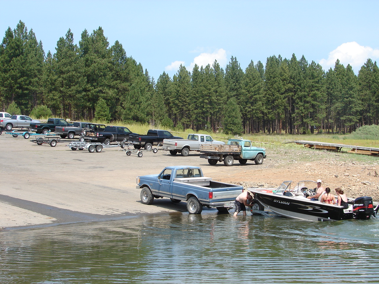 People unloading a powerboat on Union Creek boat ramp