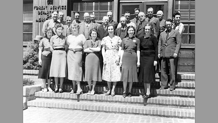 A group of men and women pose in front of the Shasta NF Supervisor Office in late 1930s