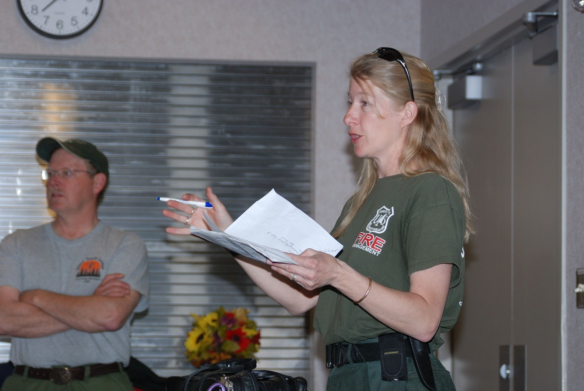 USFS Zone Fire Management Officer Jen Rabuck provides a fire briefing to staff. (Photo: USDA / U.S. Forest Service)